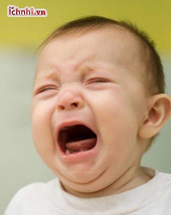8.Bé khóc nhiều có bị viêm họng không?