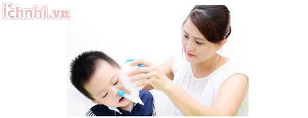 1. Trẻ bị hắt hơi sổ mũi - Vệ sinh mũi bằng nước muối sinh lý
