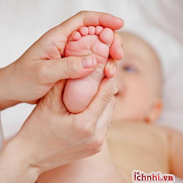 3. Thoa dầu tràm vào lòng bàn chân