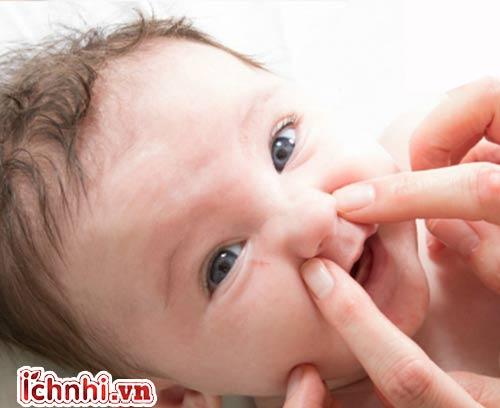 Day nhẹ cánh mũi trị ngạt mũi cho trẻ