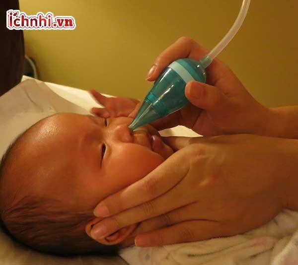 Cách hút mũi cho trẻ sơ sinh bằng ống hút đúng cách