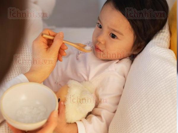 Trẻ bị sốt cao nôn trớ phải làm sao? Nguyên nhân &Cách xử lý1