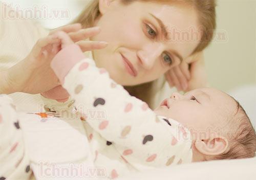 Những việc cần làm ngay lập tức khi có dấu hiệu trẻ sơ sinh bị sốt1
