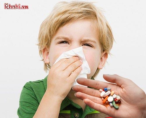 Trẻ bị ho sổ mũi có nên uống kháng sinh? 3 Sai lầm cần biết