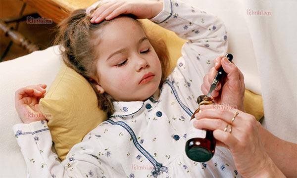Làm gì khi trẻ bị sốt cao về đêm? Nguyên nhân và cách xử lý