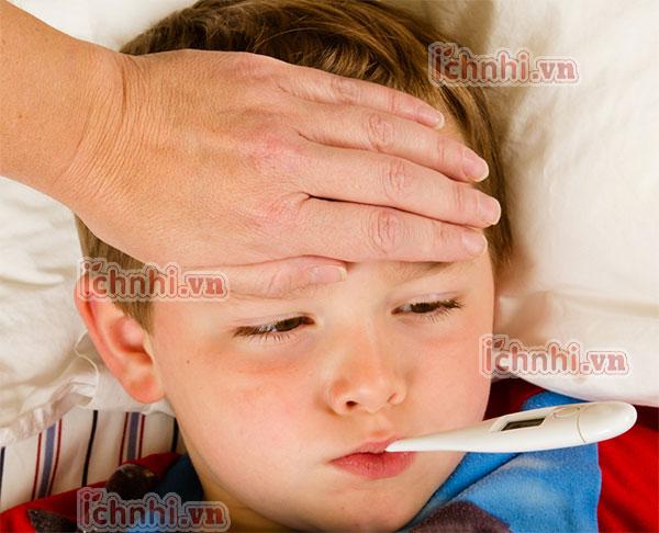 Trẻ bị nóng sốt phải làm sao? nguyên nhân & cách xử lý