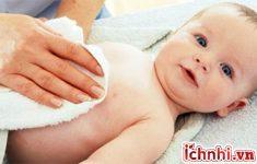 2. Cách lau mát khi trẻ bị sốt như sau:1