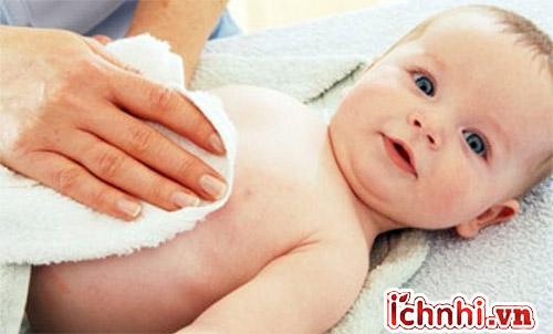 1. Phần lớn cha mẹ chưa lau mát đúng cách khi trẻ bị sốt