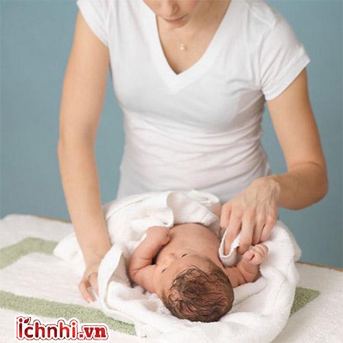 2. Cách lau mát khi trẻ bị sốt như sau: