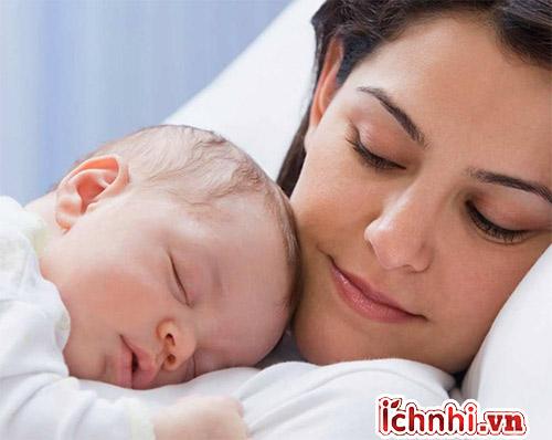 2. Trẻ sơ sinh bị sốt có nguy hiểm không?