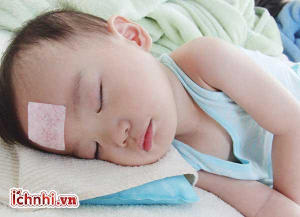 Dấu hiệu và Cách chườm ấm cho trẻ bị sốt hiệu quả ít ai biết1