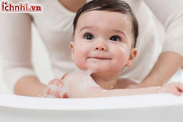 4. Vừa đi nắng về cho con tắm ngay lập tức