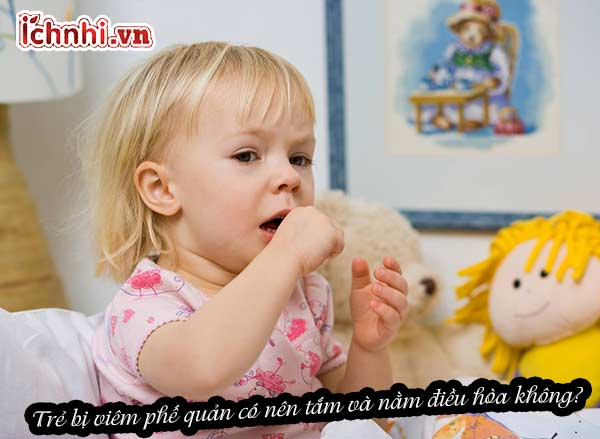 Trẻ bị viêm phế quản có nên tắm và nằm điều hòa không?