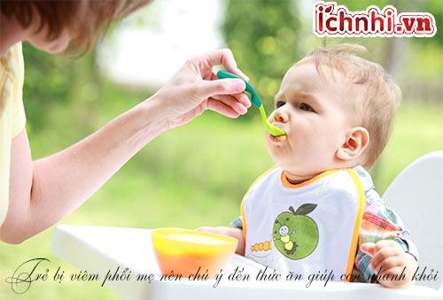 Trẻ bị viêm phổi nên ăn gì và kiêng gì