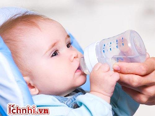 trẻ uống nước