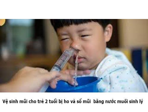 Vệ sinh mũi cho trẻ 2 tuổi bị ho và sổ mũi bằng nước muối sinh lý