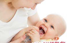 Trẻ bị sốt mẹ cần làm gì để hạ sốt trẻ bớt khó chịu3