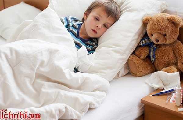 Chăm sóc trẻ bị sốt khi trời lạnh1