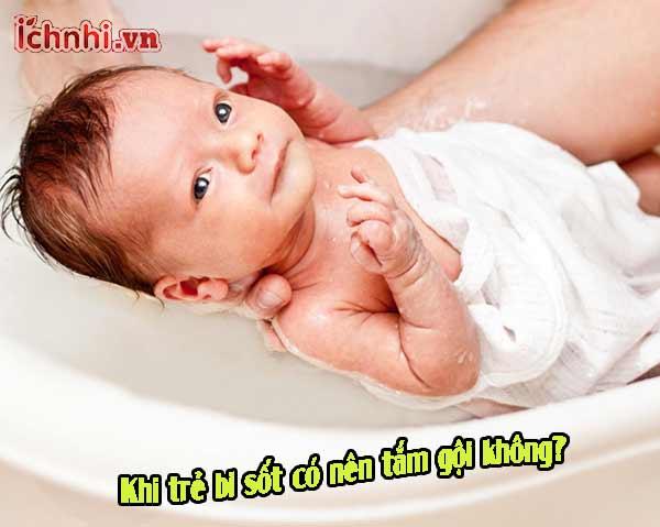 Khi trẻ bị sốt có nên tắm gội không? Chuyên gia tư vấn
