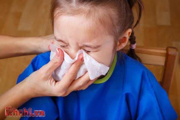 Trẻ bị khô mũi họng, dễ ốm khi thời tiết thay đổi phải làm sao1