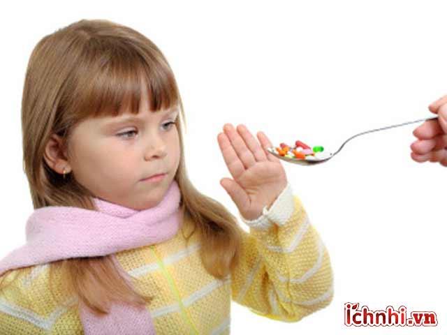 Cảnh báo tác dụng phụ của thuốc trị ho, cảm ở trẻ < 6 tuổi