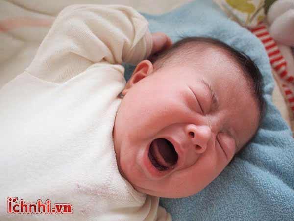 Tại sao trẻ sơ sinh ra mồ hôi đầu nhiều khi ngủ? 2