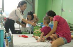 Ích Nhi trao quà cho các bé đón trung thu trên giường bệnh1