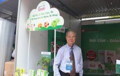 Giáo sư Hoàng Thanh Kỳ, nguyên hiệu trưởng Đại học Dược Hà Nội, tham quan gian hàng Ích Nhi. Giáo sư Trần Thanh Kỳ đã dành nhiều năm nghiên cứu các cây dược liệu quý và đánh giá cao sản phẩm Siro ho cảm Ích Nhi - với các nguyên liệu sạch đạt tiêu chuẩn GACP- WHO.