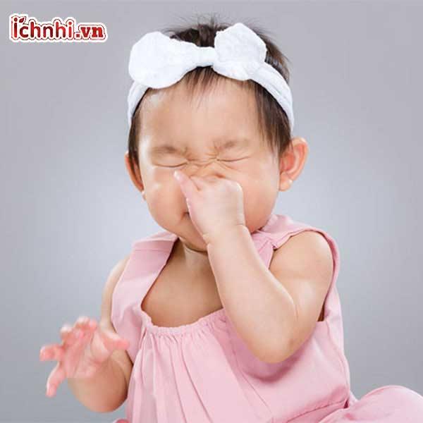 a, Trẻ sơ sinh bị nghẹt mũi thở khò khè