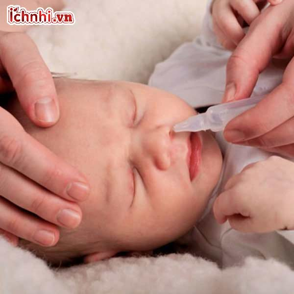 nước muối sinh lý và dụng cụ hút dịch mũi cho trẻ
