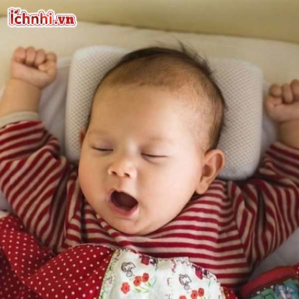 gối đầu trẻ lên cao khi ngủ7