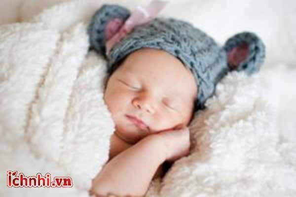 Trẻ sơ sinh bị sốt, mẹ nên làm gì để tránh nguy hiểm cho con3