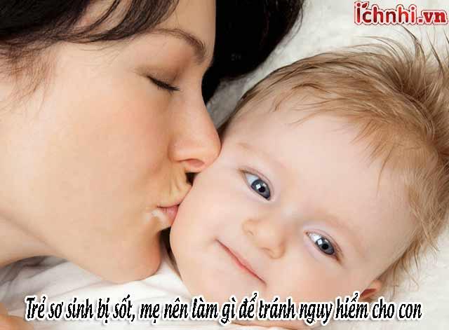 Trẻ sơ sinh bị sốt, mẹ nên làm gì để tránh nguy hiểm cho con