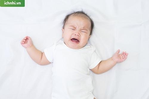 2. Mẹ phải làm gì khi trẻ bị sốt về đêm?