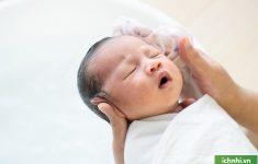 Trẻ sơ sinh bị viêm phổi có tắm được không? Điều mẹ nên biết