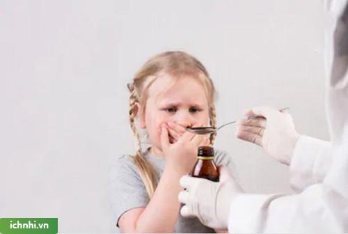 Tại sao không nên lạm dụng siro cho trẻ mỗi khi bị ho?