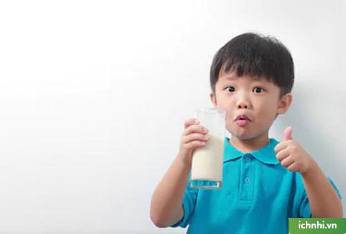 Với trẻ uống sữa công thức: