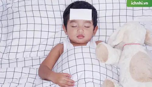 cách trị nghẹt mũi cho bé khi ngủ